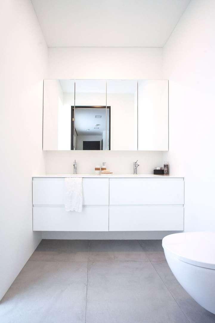 Aina - kylpyhuone peilikaapilla